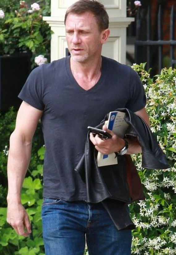 BlackBerry devices are the preferred communication devices for Daniel Craig.