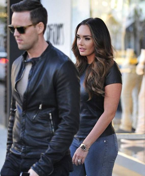 Tamara Ecclestone has been spotted wearing really nice diamond jewellery on her ring finger.