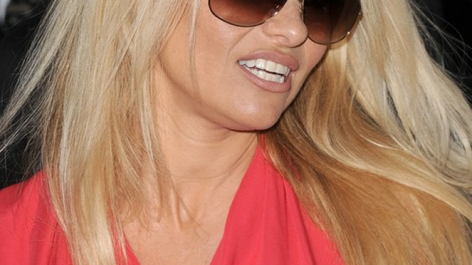 Pamela Anderson looks cool in Louis Vuitton Apparence Sunglasses