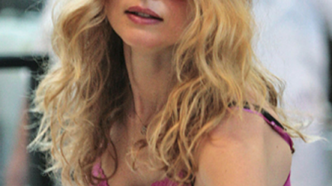 Heather Graham was seen sporting one and she lifted the chic appeal in this pair of sunglasses.