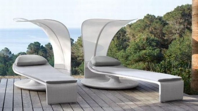 Dedon Summer Cloud beach chair rotates 360-degrees